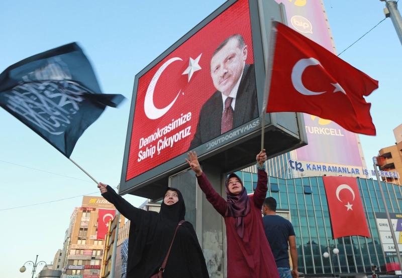 دعا أردوغان حزبين معارضين إلى المشاركة في يوم «الديمقراطية والشهداء» (أ ف ب)