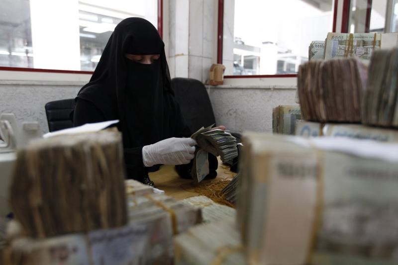 حذر البنك المركزي في صنعاء من مصادرة الإيرادات العامة للدولة