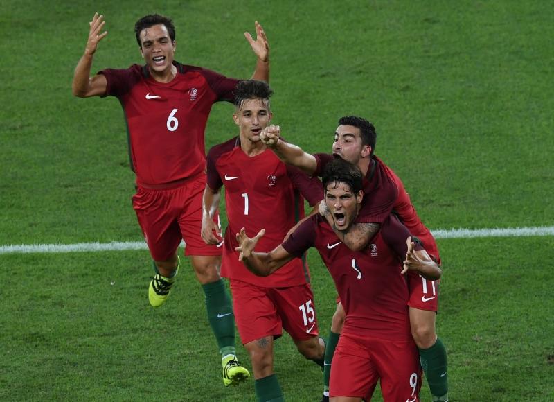 فرحة برتغالية بأحد الهدفين (أ ف ب)