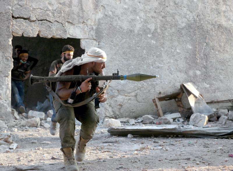 نجح المسلحون في فتح ثغرة في «طوق حلب» لنكون أمام معارك باحتمالات مفتوحة (الأناضول)