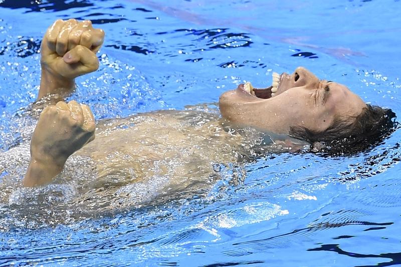 فرحة هاغينو بعد فوزه بذهبية 400 م متنوعة (أ ف ب).