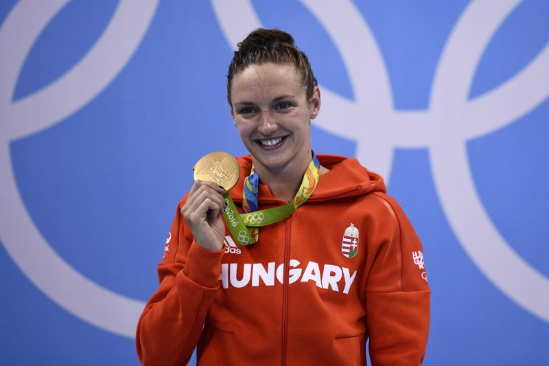 السباحة المجرية كاتينكا مع الذهبية القياسية (أ ف ب)