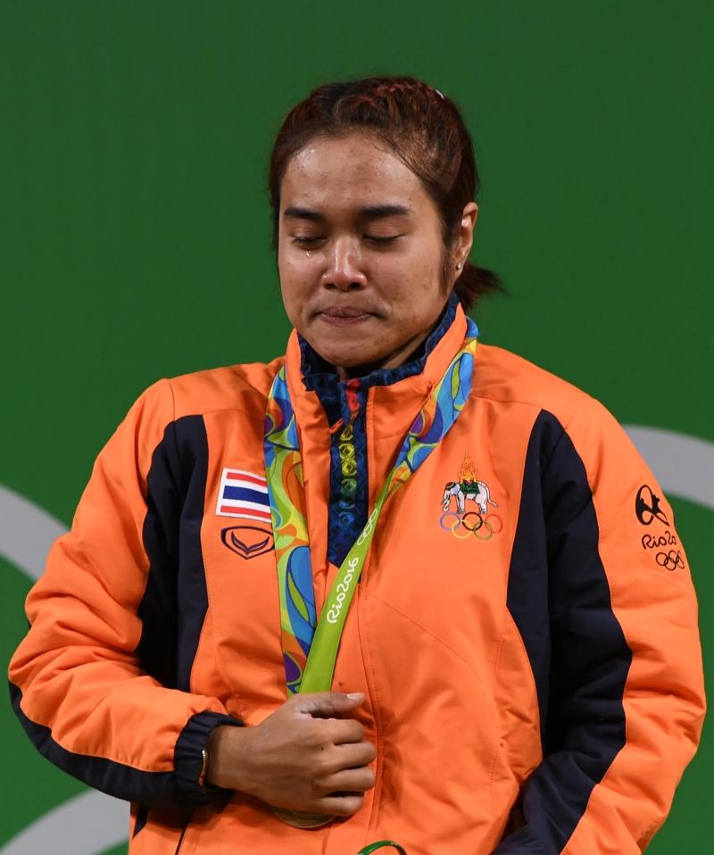 الرباعة التايلاندية تاناسان تبكي فرحاً (أ ف ب)