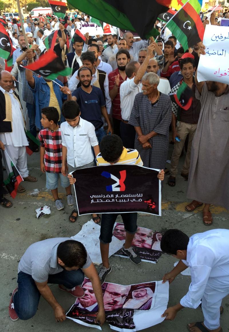 """ليبيون يتظاهرون في طرابلس قبل أيام ضد """"التدخل الفرنسي"""" (أ ف ب)"""