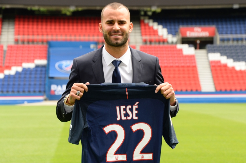 خيسي حاملاً القميص الرقم 22 الذي سيرتديه مع فريقه الجديد (أ ف ب)