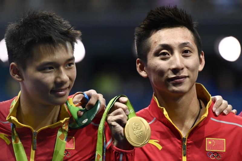 أحرزت الصينيان يوي لين وآي سين تشن ذهبية الغطس الايقاعي (أ ف ب)