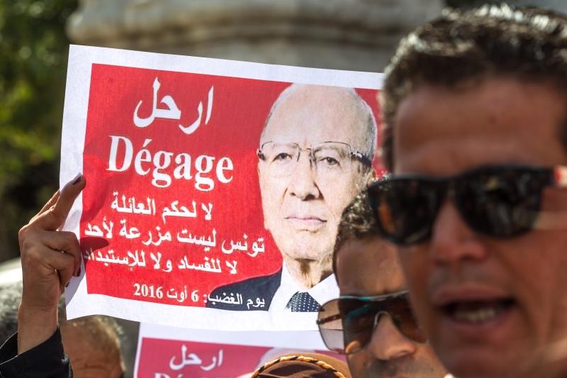 لم يُصبح التونسيُّون أكثر يقظة وتحفّزاً إلا بعد التقليص النسبي من سطوة أجهزة القمع (الأناضول)