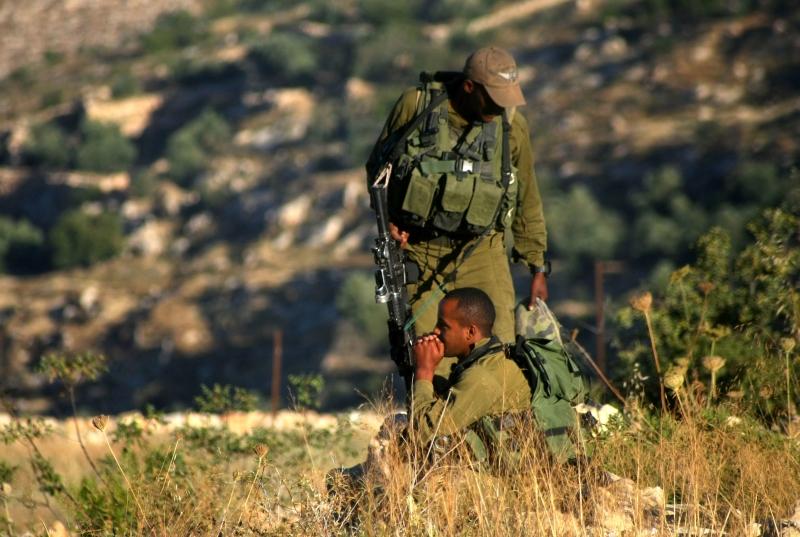 اقترب أحد المقاومين الى المسافة الصفر من أحد جنود العدو (أرشيف)