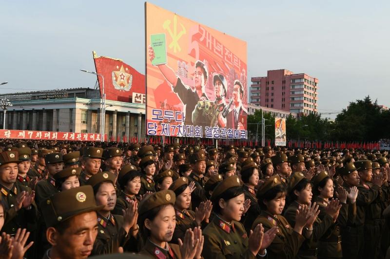جنود كوريون شماليون أثناء احتفال بنجاح التجربة النووية الأخيرة لبيونغ يانغ (أ ف ب)