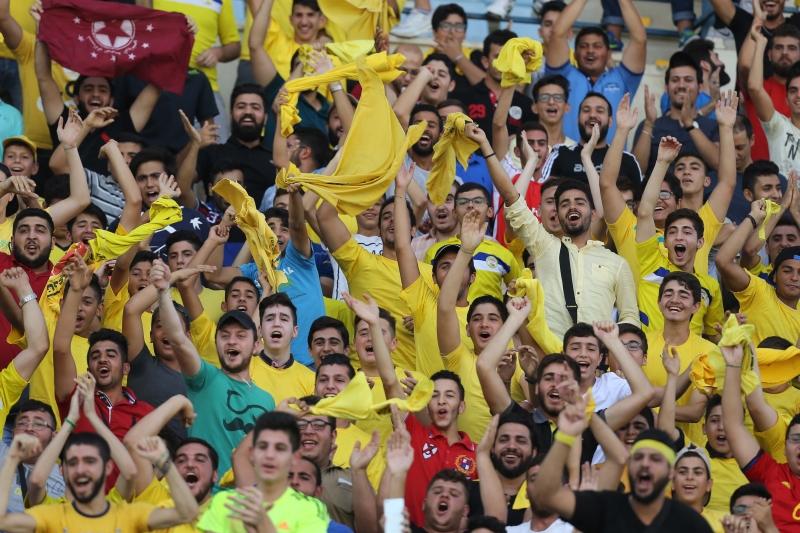 جمهور العهد محتفلاً بمواكبة مشجع نجماوي في المدرجات (عدنان الحاج علي)