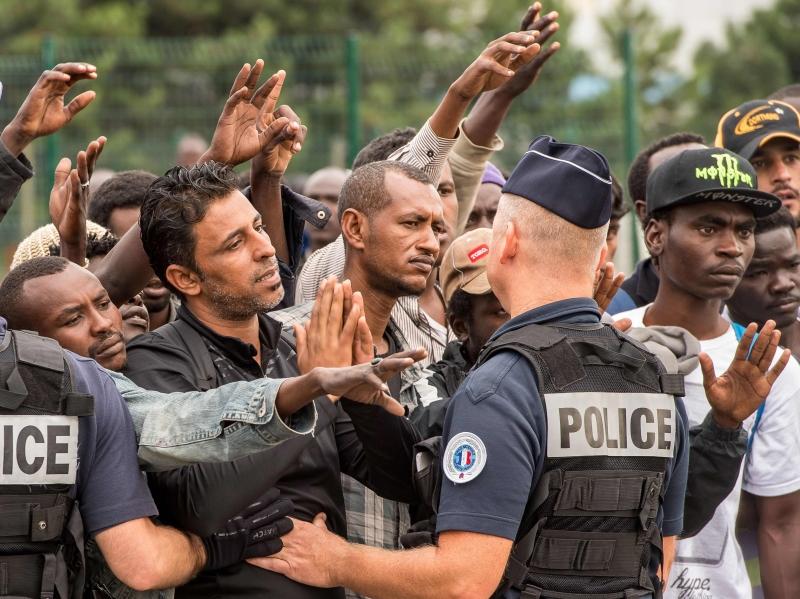 يعيش أكثر من ستة آلاف لاجئ ظروفاً مأسوية في «أدغال كاليه»، وترفض باريس الاعتراف بوجودهم (أ ف ب)