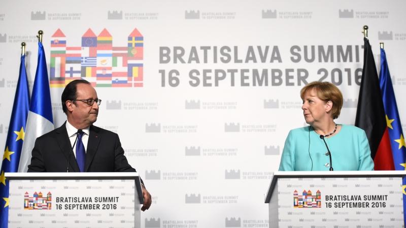 هولاند وميركل: سنعمل معاً على إنجاح الاتحاد الأوروبي (أ ف ب)