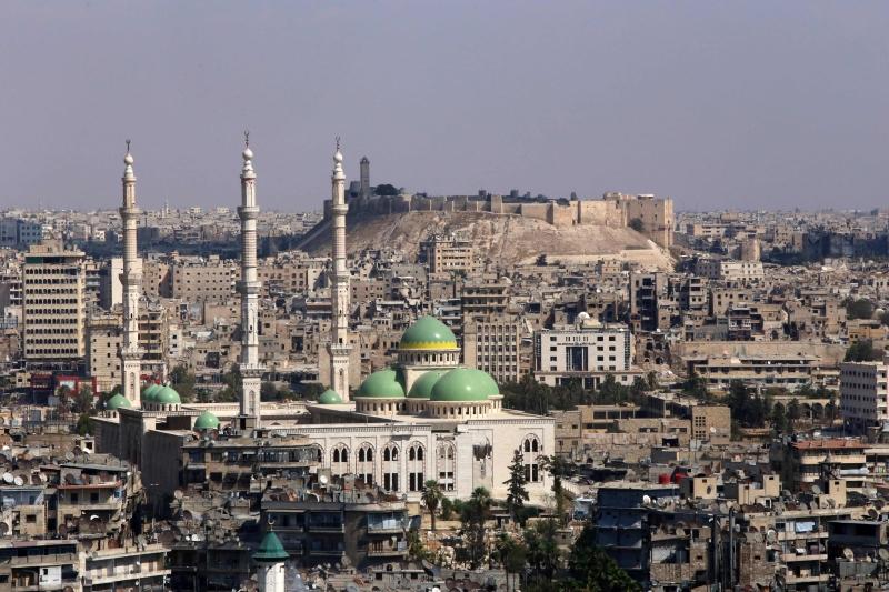 مشهد من مدينة حلب تظهر فيها قلعتها الأثرية (يوسف قروشان ـ أ ف ب)