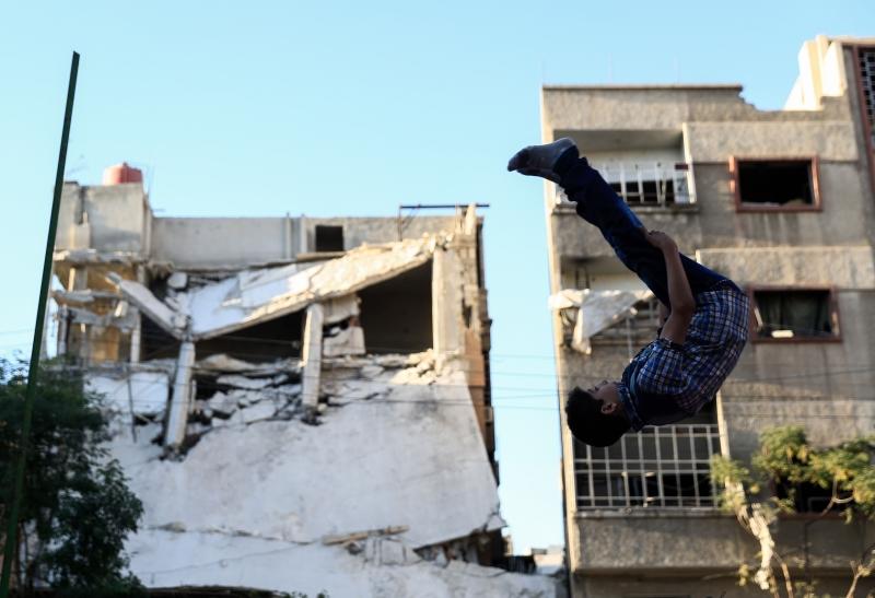 هدنة هشّة تمرّ في سوريا، فيما يشهد شمال البلاد حراكاً أميركياً مباشراً لخلق منطقة نفوذ خالصة (أ ف ب)