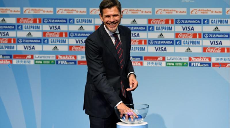 نائب الامين العام للفيفا النجم الكرواتي السابق بوبان يسحب القرعة (موقع الفيفا)