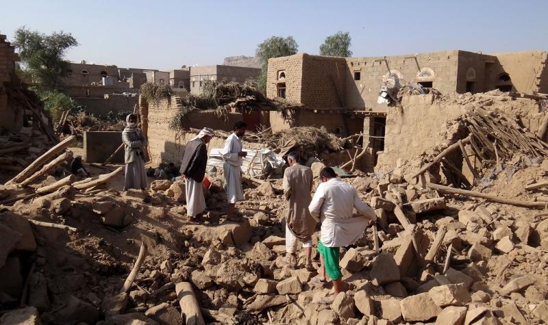 يمنيون يبحثون عن ضحايا بين الركام الذي خلّفته غارة سعودية (أ ف ب)