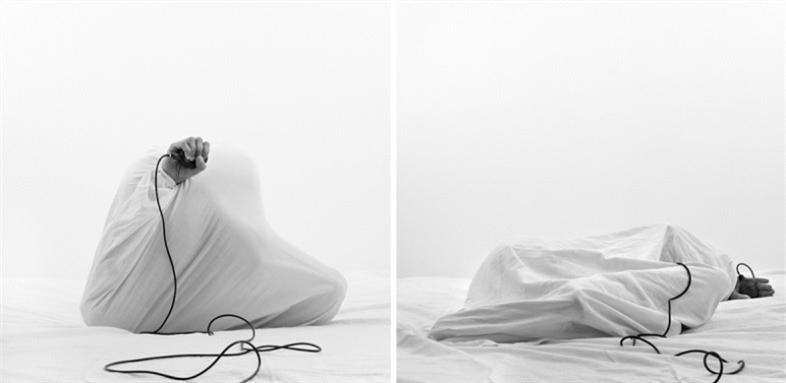 من سلسلة «أسود» للفنانة التونسية منى كاراي (حبر مطبوع على ورق باريتا ــ 128×128 ــ 2013)