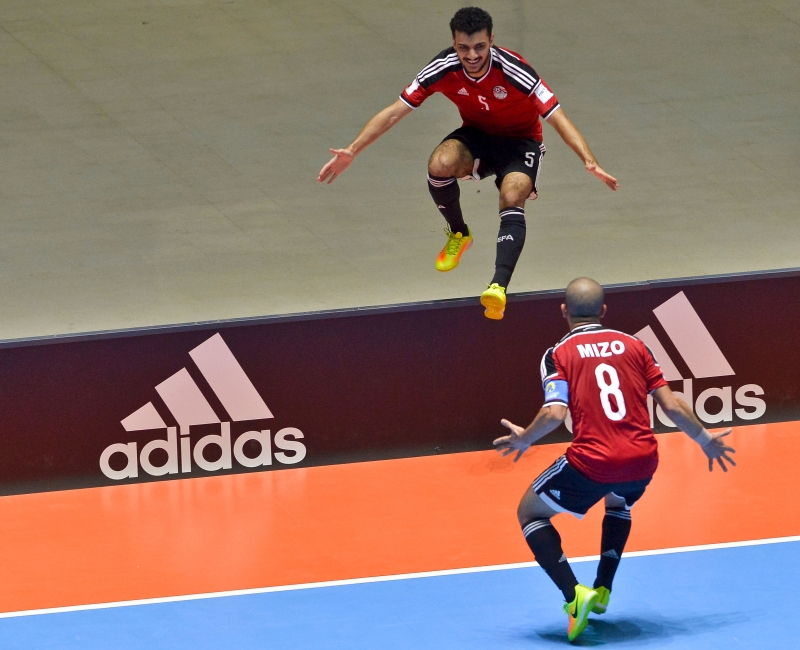 المصريان عصام علاء وميزو (8) يحتفلان بالهدف الاول أمام إيطاليا (أ ف ب)
