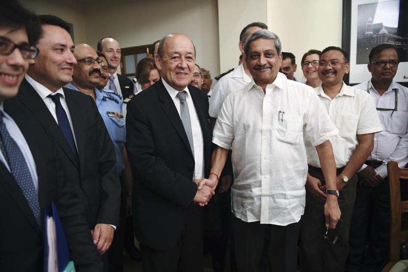 وقّع وزيرا الدفاع الفرنسي والهندي الاتفاق الذي ينهي مفاوضات شاقة منذ أعوام (أ ف ب)