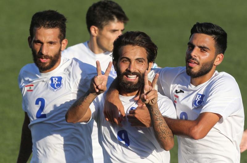 لاعب الراسينغ محمد جعفر يحتفل بثنائيته مع زملائه