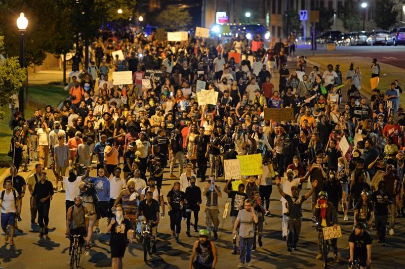 استمرت التظاهرات في كارولينا الشمالية لليوم الخامس تنديداً بمقتل رجل أسود على يد الشرطة (الأناضول)