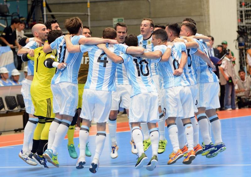 لاعبو الأرجنتين يحتفلون بالتأهل (أ ف ب)