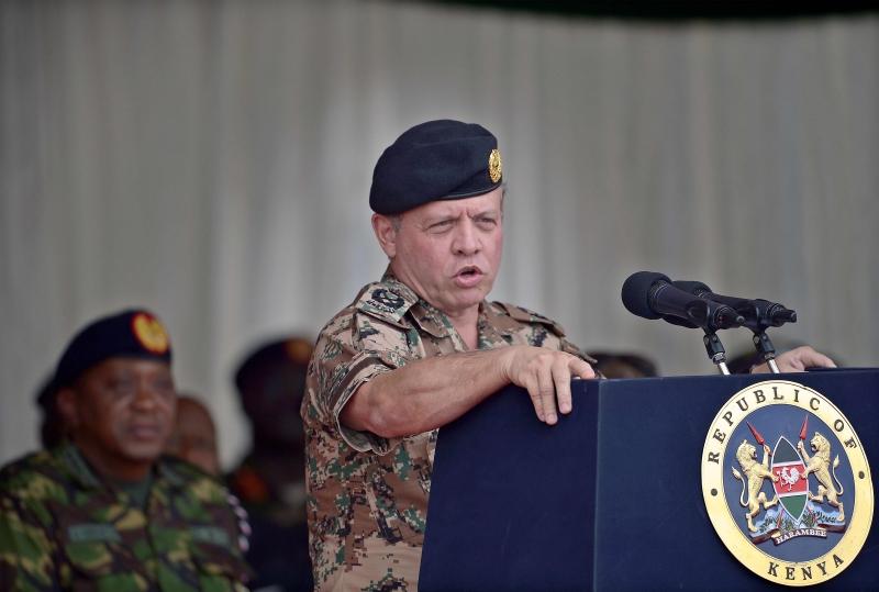 الملك عبد الله خلال تدريبات كينية أردنية مشتركة في نيروبي أمس (أ ف ب)