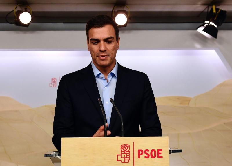 تعرض سانشيز لانتقادات قاسية من أعضاء أساسيين في حزبه بعد نتائج أمس (أ ف ب)