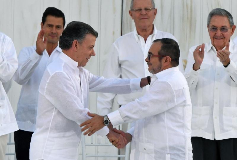 ارتدى الجميع بمن فيهم سانتوس وتيموشينكو اللون الأبيض (أ ف ب)