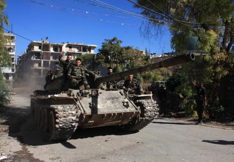 جنود الجيش السوري في حي سليمان الحلبي في مدينة حلب أمس (أ ف ب)