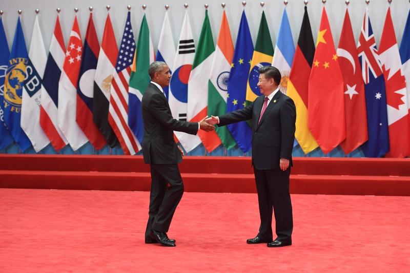أوباما يصافح الرئيس الصيني شي جينبينغ قبل قمة العشرين (أ ف ب)