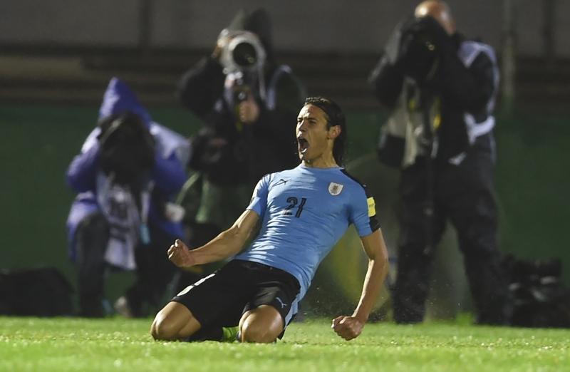 كافاني محتفلاً بأحد هدفيه في مرمى الباراغواي (ميغيل روخو - أ ف ب)