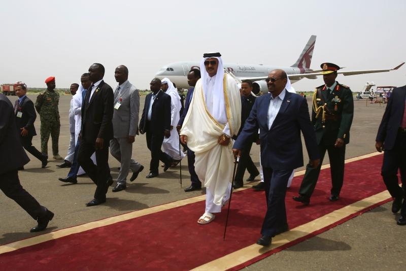 البشير يستقبل أمير قطر أمس قبيل إعلان إنهاء 13 عاماً من الصراع في دارفور (أ ف ب)