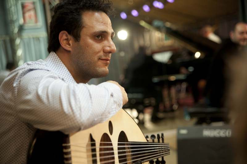 يقدم عيسى مراد الموسيقى العربية والهندية والجاز في قطعة واحدة (كريستيان بيرتييه)