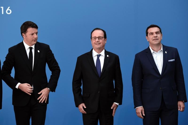 جهد هولاند وتسيبراس لإظهار المحادثات على أنها مبادرة لتقوية أوروبا (أ ف ب)