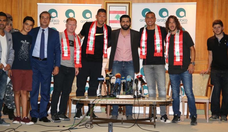 نجوم الكرة في صالون الشرف أمس (عدنان الحاج علي)