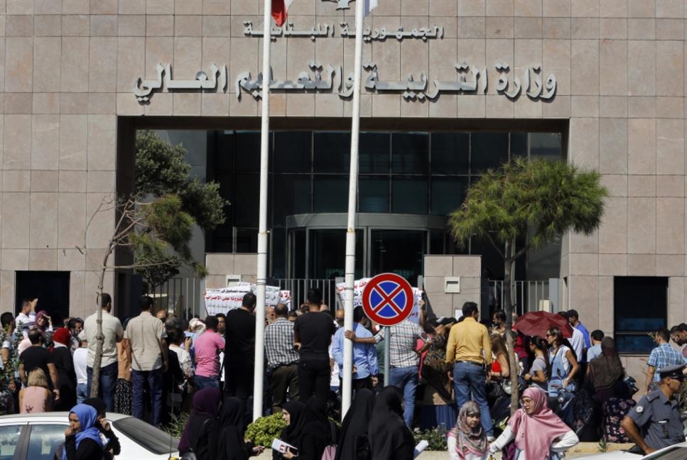 المتمرنون يواصلون الإضراب.. وإجراءان لتثبيت الحق بالدرجات