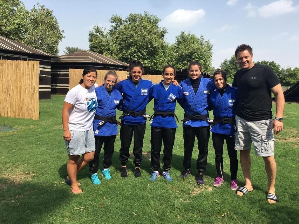 فريق الإناث الإسرائيلي للجودو في أبو ظبي (عن الويب)