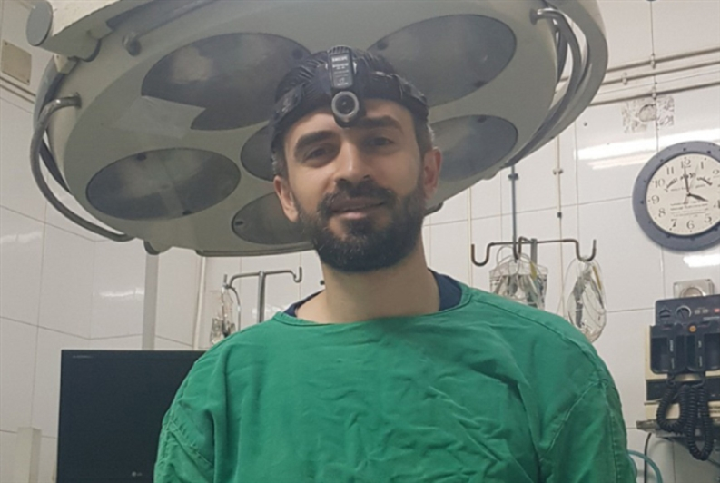 طبيب يُجري عملياته الجراحية بـ 10$!
