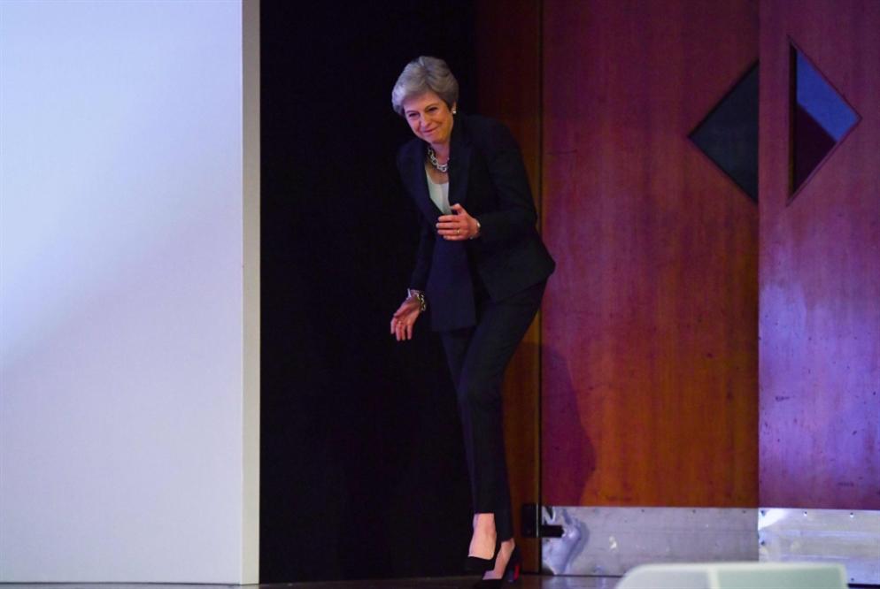 ماي تواجه أزمة «بريكست» بالرقص