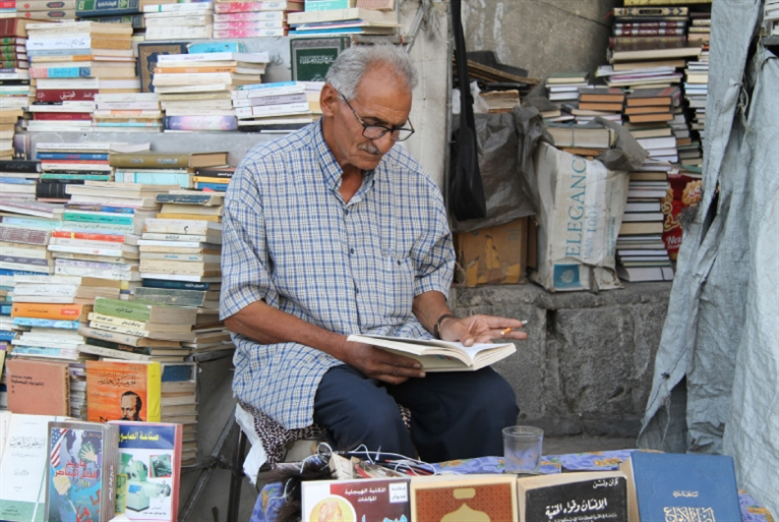 أبو طلال بائع الكتب... وعاشقها