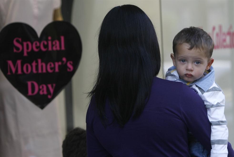 السجن لأمّ لم «تقنع» طفلها بتركها!