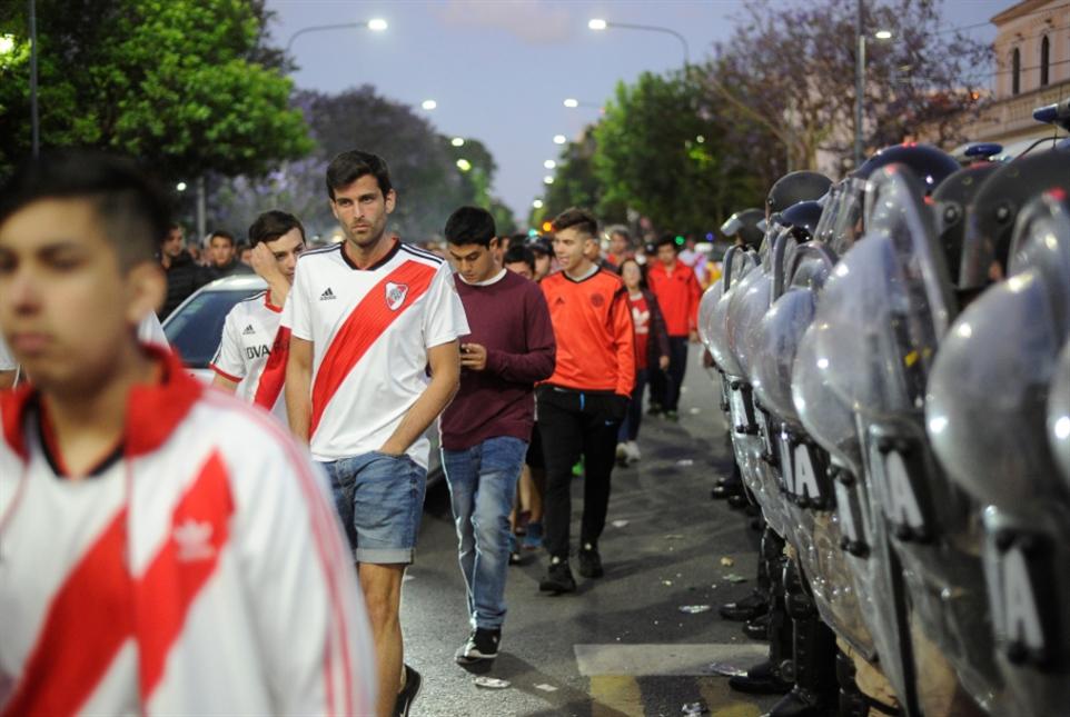 جماهير الريفر والكونميبول تحاصر فريق الشعب