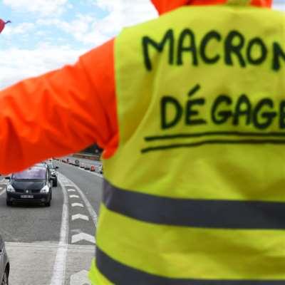 ماكرون يسترضي المتظاهرين بـ«توزيع النقود»