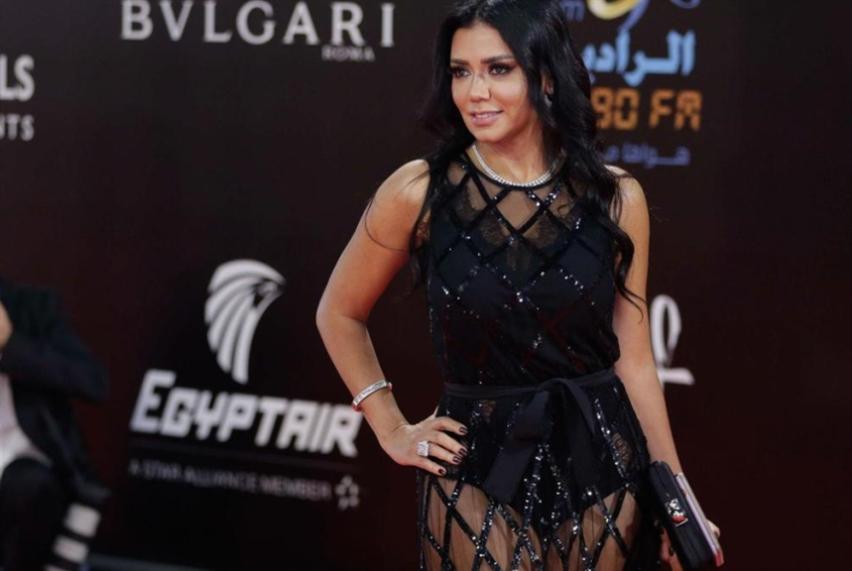فستان رانيا يوسف يعرّي الواقع «الأسود»