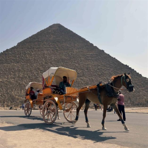 السيسي يبيع الأهرامات