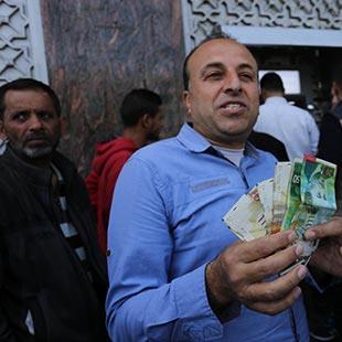 «حرب» رواتب في غزة... و(لا) منح قطرية وإيرانية