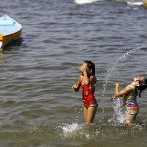 بحر غزة محاصر... بـ«المجاري»!