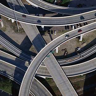 نظام النقل القادم من الأفلام: سيارات طائرة وكبسولات فائقة السرعة