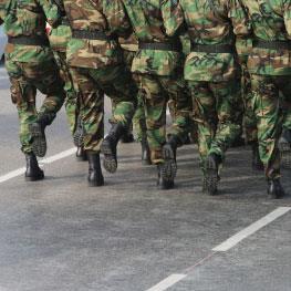 «موسم» للاحتفال... وبيع الألبسة العسكرية!